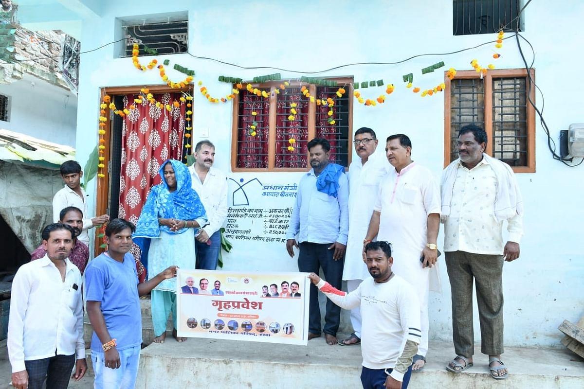 नपाध्यक्ष और जिलाध्यक्ष ने प्रधानमंत्री आवास हितग्राहियों का कराया गृह प्रवेश