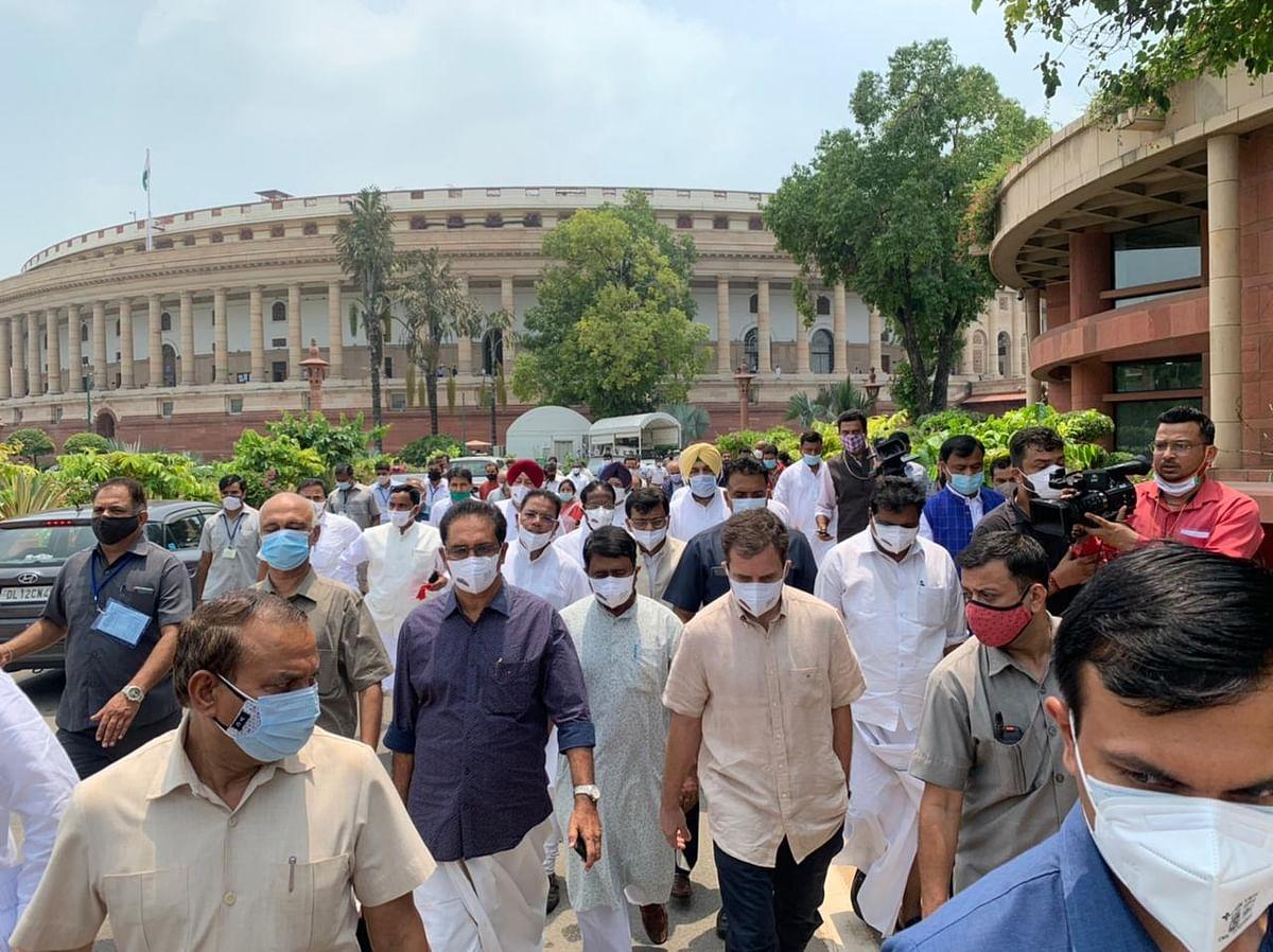 किसान विरोधी कानूनों के विरोध में संसद से जंतर-मंतर पहुंचा विपक्षी नेताओं का दल