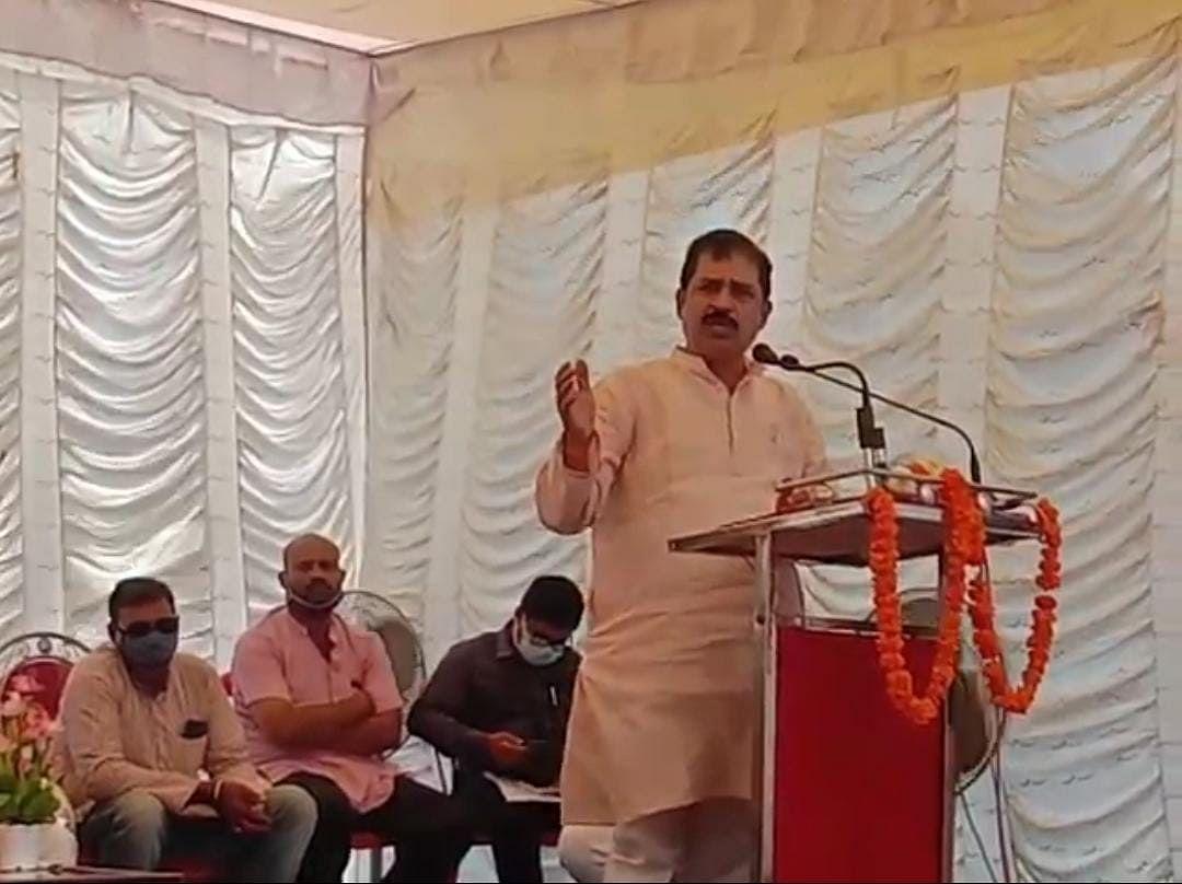 मंच से जनता को संबोधित करते वरिष्ठ नेता अनिल गुप्ता