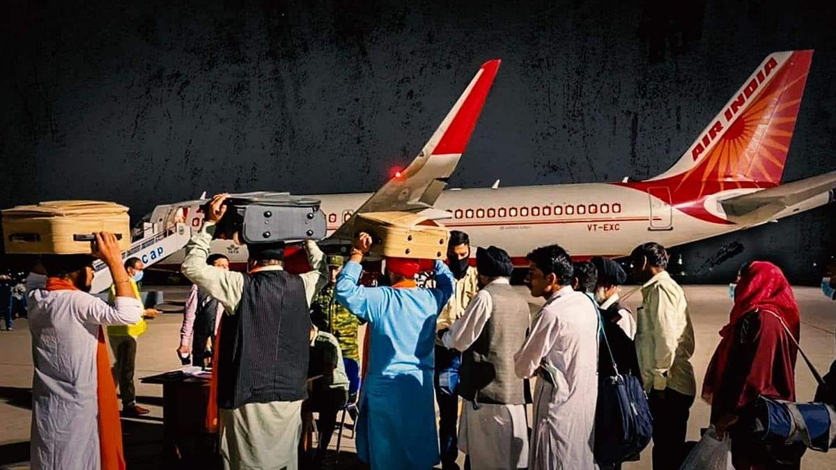 अफगानिस्तान से यात्रियों को लेकर आई फ्लाइट में गुरु ग्रंथ साहिब की प्रतियां भी लाई गईं