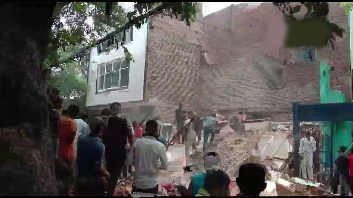 दिल्ली के नंद नगरी इलाके में बड़ा हादसा- 3 मंजिला इमारत भरभरा कर गिरी
