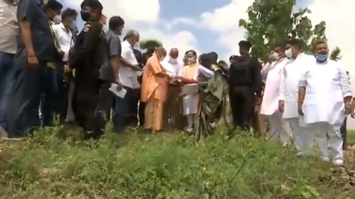PM मोदी के दौरे से पहले CM योगी पहुंचे अलीगढ़ और तैयारियों का लिया जायजा