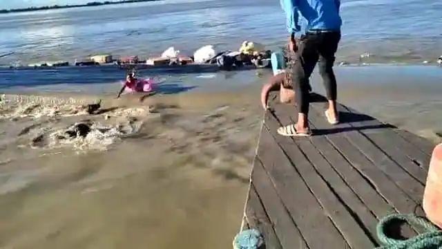 असम : जोरहाट की ब्रह्मपुत्र नदी में जहाज से टकरा कर डूबी नाव