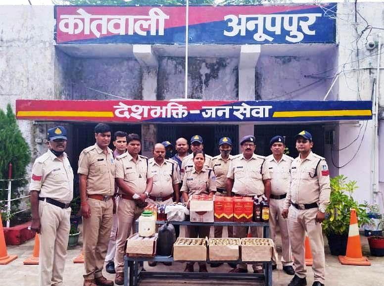 Anuppur : पुलिस ने भारी मात्रा में की अवैध शराब जब्त