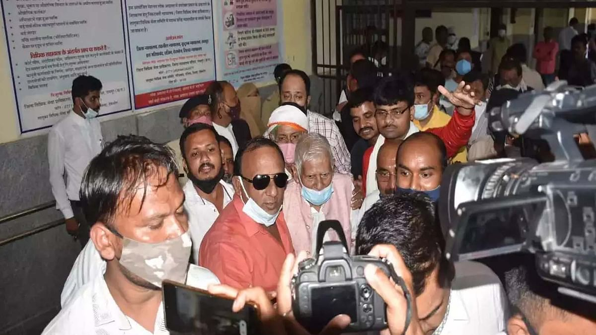छत्तीसगढ़ के CM भूपेश बघेल के पिता को गिरफ़्तार कर अदालत में किया पेश