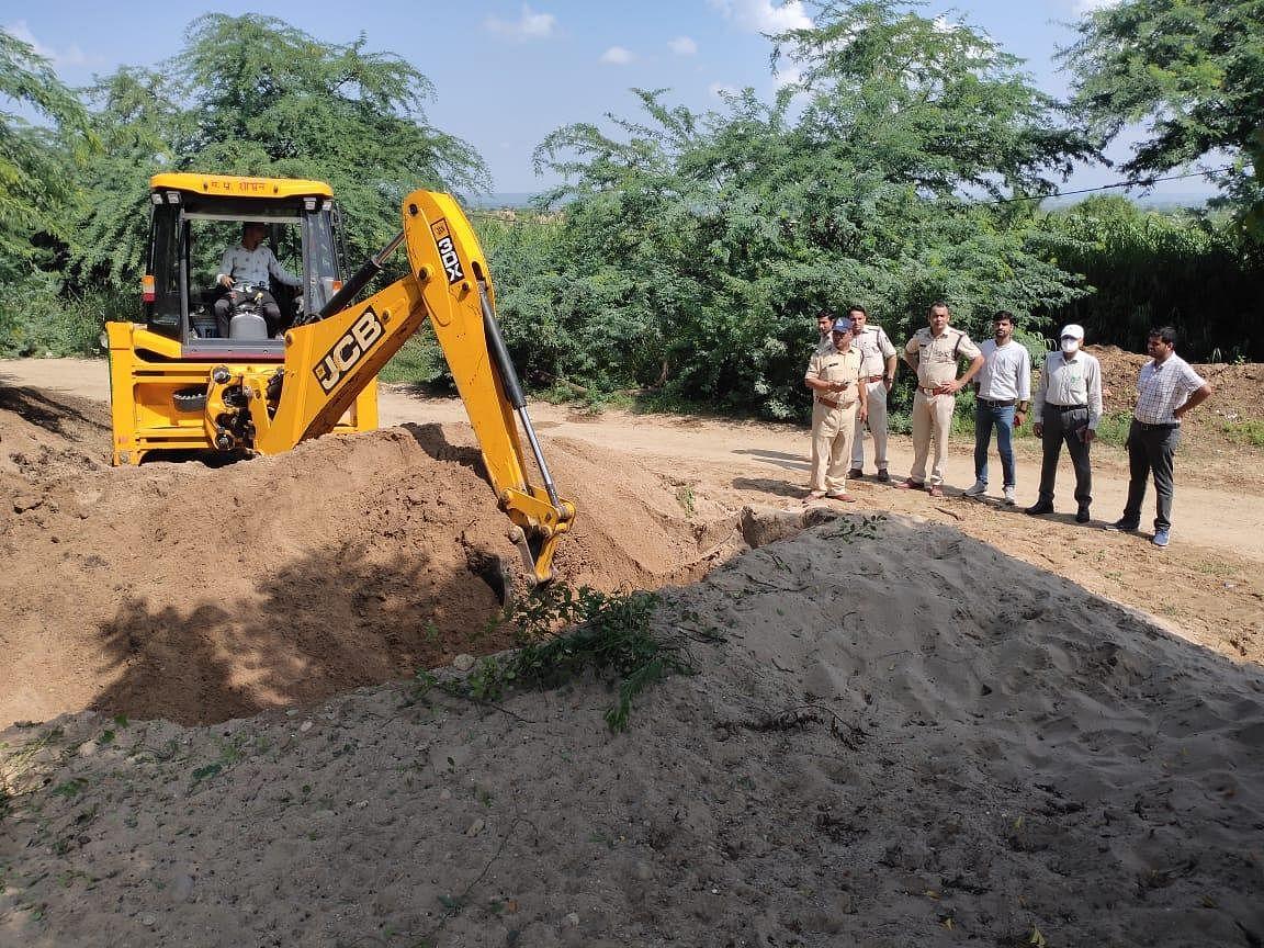 प्रशासन ने कार्रवाई कर 24 लाख रुपए से अधिक कीमत के अवैध रेत भंडारण को नष्ट किया
