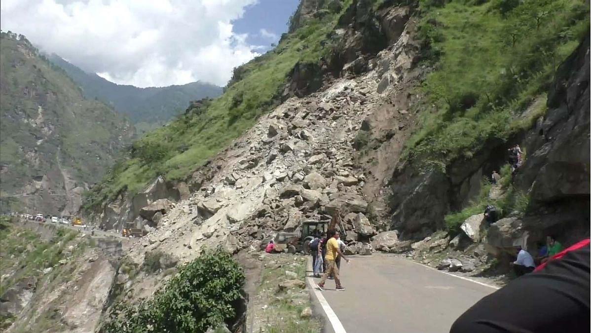 हिमाचल प्रदेश में पहाड़ी से गिर रहे पत्थर व मलबा-भूस्खलन से राष्ट्रीय राजमार्ग बाधित