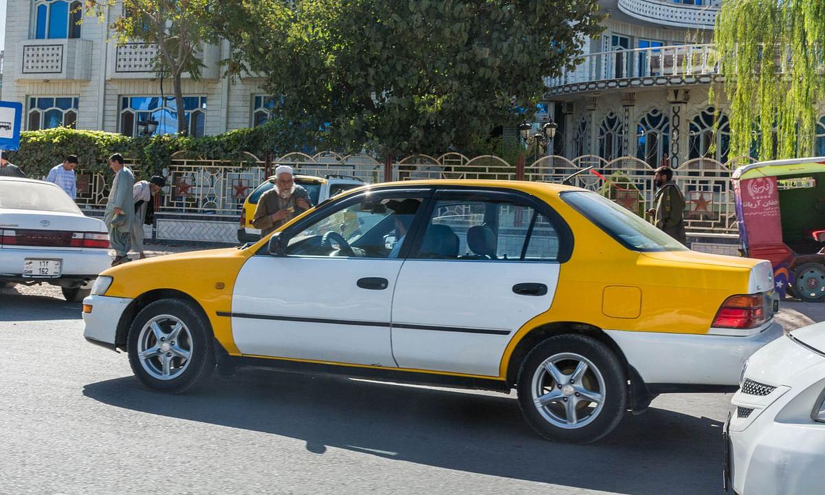 अफगानिस्तान में सरकारी कर्मचारी वेतन नहीं मिलने पर चला रहे हैं टैक्सी