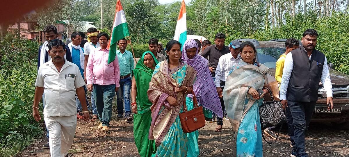 Anuppur : करपा-सरई-लांघाटोला जर्जर मार्ग शीघ्र प्रारम्भ करने किया गया पैदल मार्च