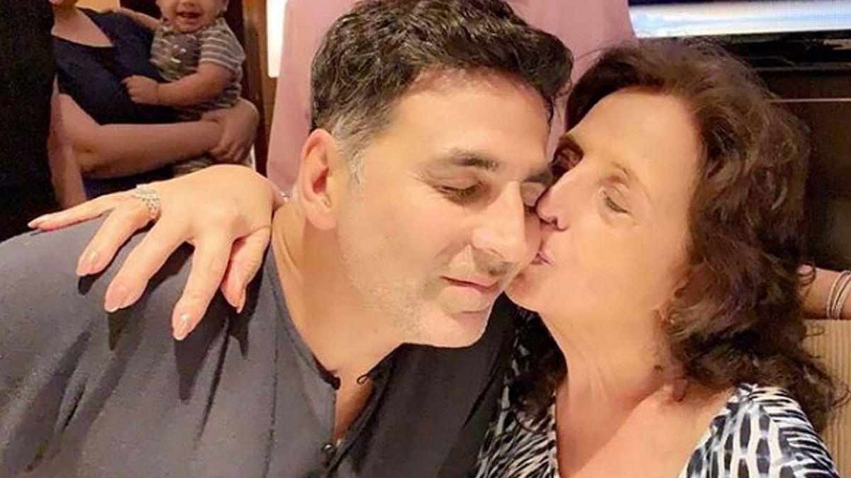 जन्मदिन पर माँ को याद कर भावुक हुए अक्षय कुमार, शेयर की माँ के साथ तस्वीर