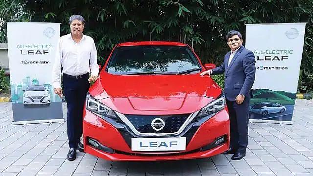 'World Electric Vehicle Day' पर Nissan ने कपिल देव को गिफ्ट की 'Leaf'