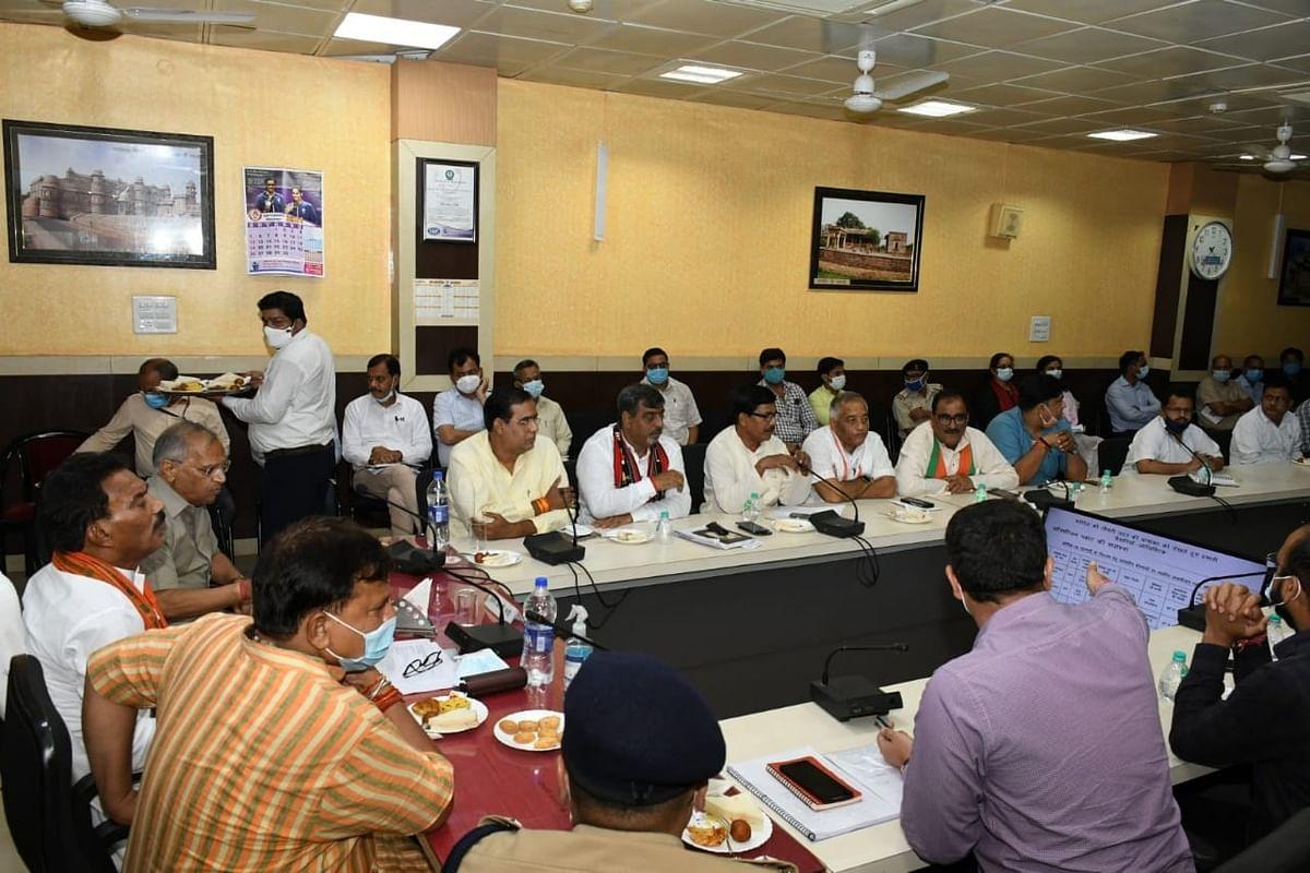 Gwalior : टीकाकरण का लक्ष्य करें पूरा, सात दिन में सही करें सड़कें