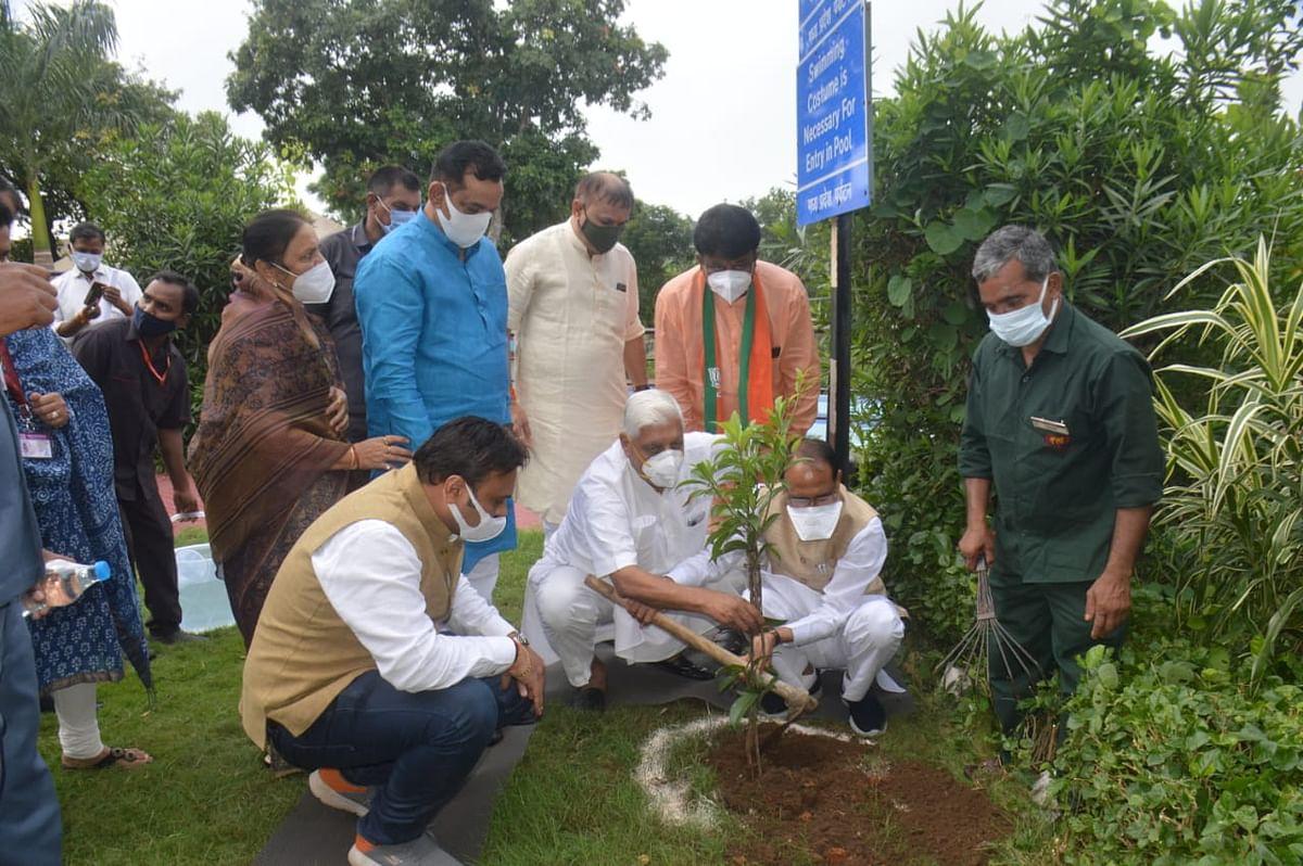 आज जबलपुर में मुख्यमंत्री शिवराज ने जनप्रतिनिधियों के साथ किया पौधरोपण