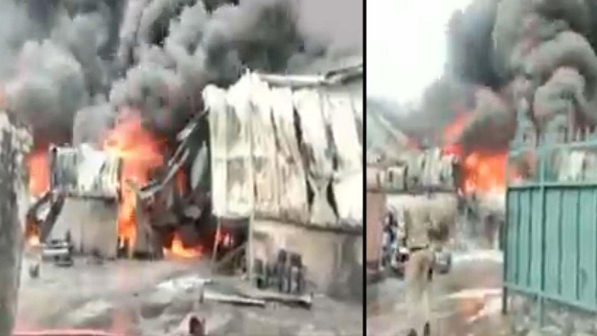 उत्तराखंड: देहरादून के औद्योगिक इलाके में एक फैक्ट्री में आग का जोरदार तांडव