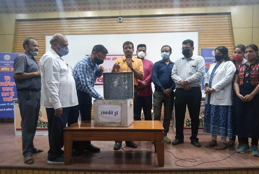 Gwalior : अब घर- घर जाकर कह रहे वैक्सीन लगवा लो