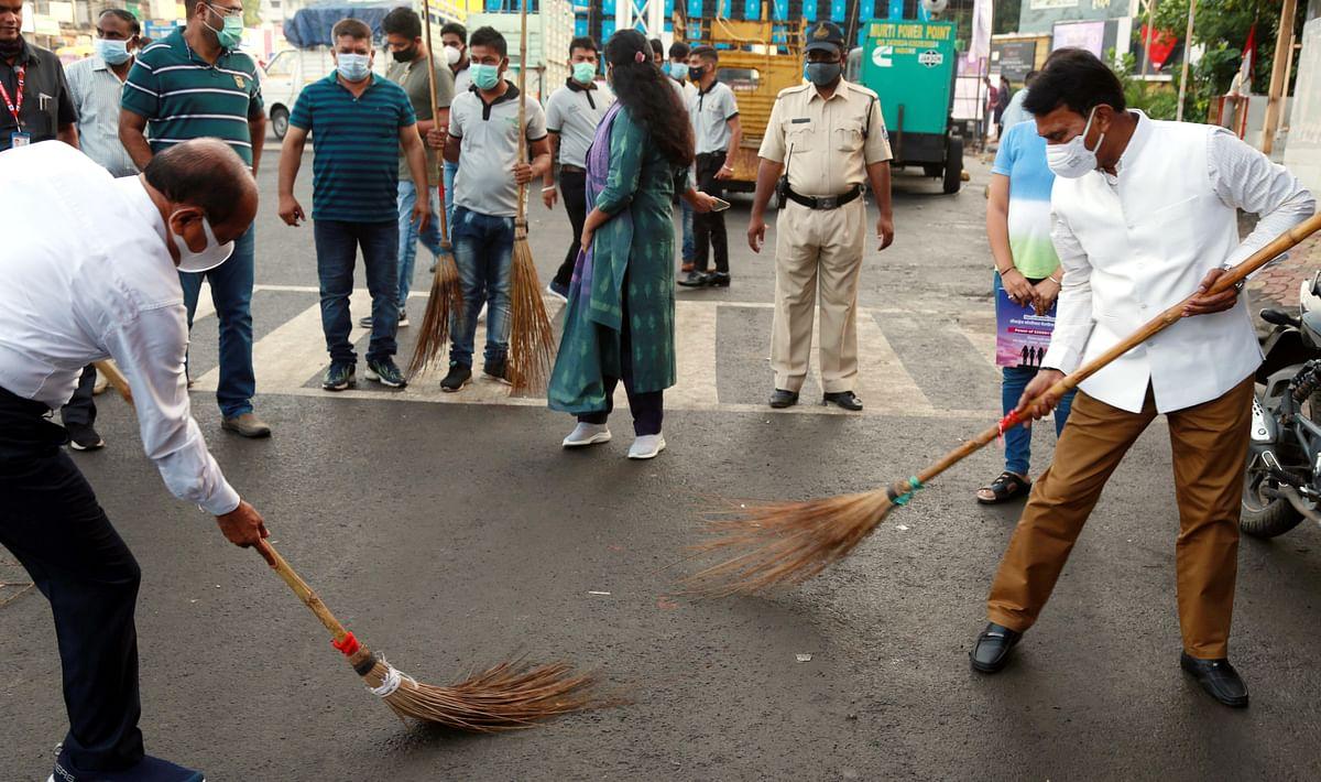 Indore : मंत्री, सांसद, विधायक, कलेक्टर और निगमायुक्त ने लगाई झाड़ू