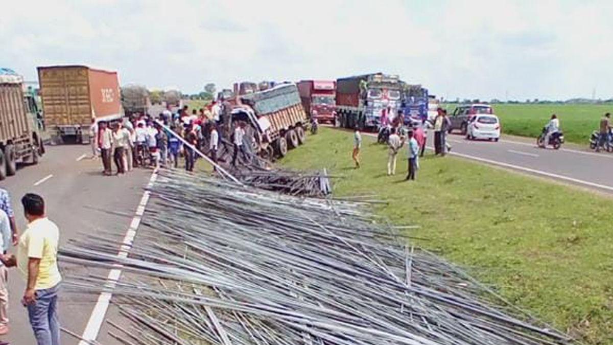 बेकाबू ट्रक नाली मेंं गिरा, ड्राइवर की मौत, गाय को बचाने में हुआ हादसा