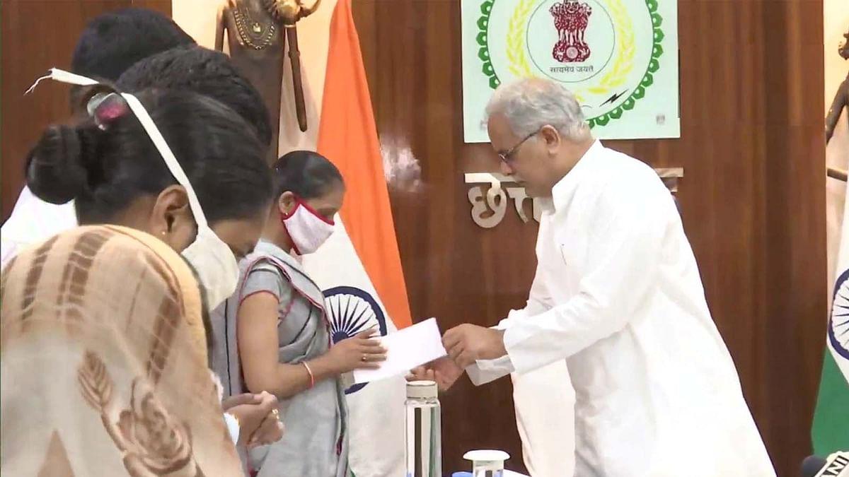 छत्तीसगढ़ के CM भूपेश बघेल ने पत्रकारों के परिवारों को दी लाखों रुपये की आर्थिक सहायता