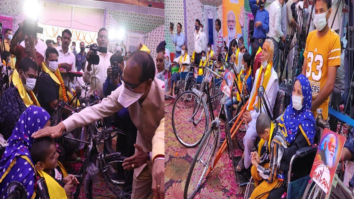 """Bhopal: """"सेवा ही समर्पण अभियान"""" के अंतर्गत सीएम ने दिव्यांगजनों को वितरित किए उपकरण"""