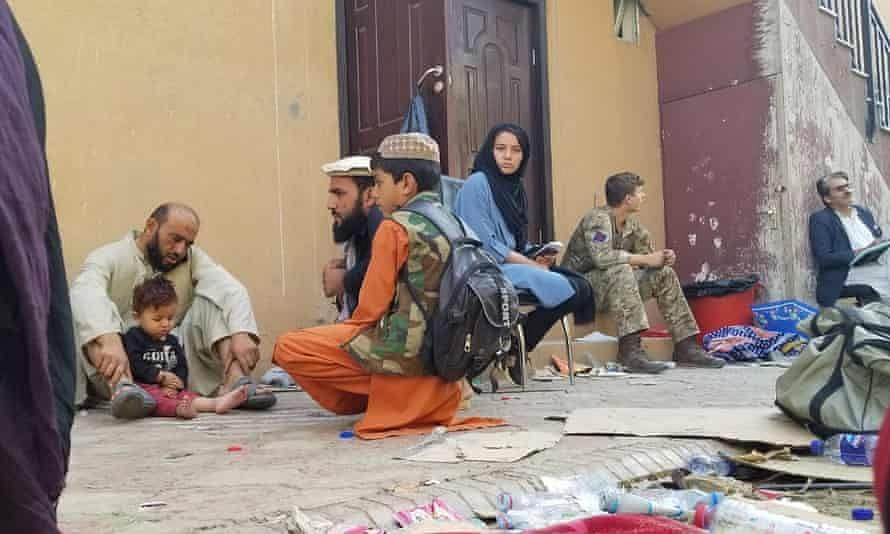 काबुल में लोग खाने के लिए बेच रहे हैं घर का सामान