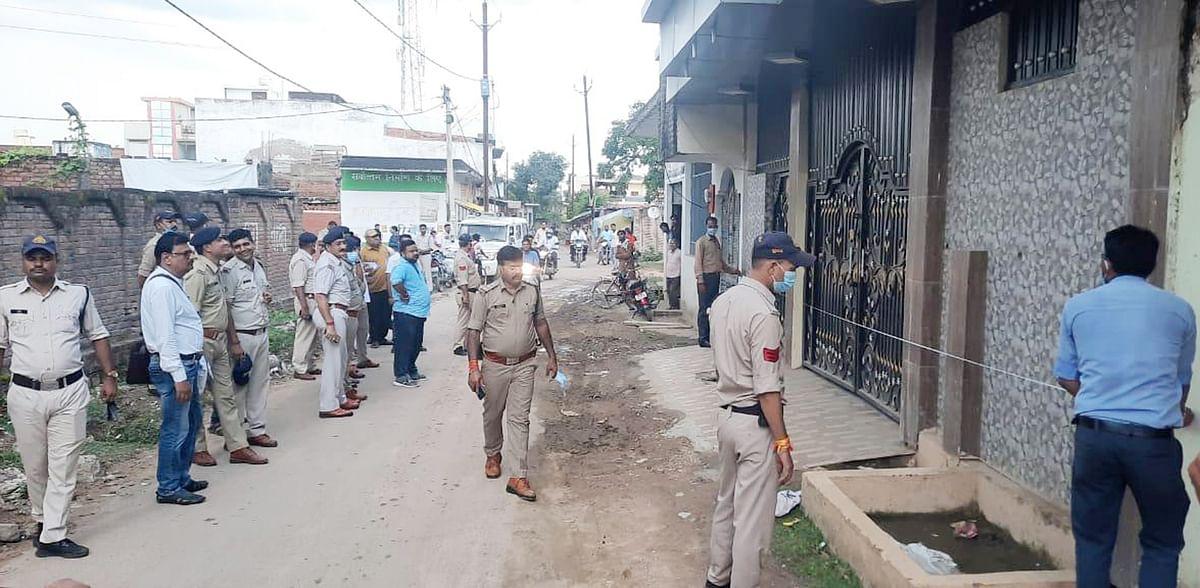 गुण्डा विरोधी अभियान के तहत पुलिस बल के साथ नपाकर्मियों ने चार बदमाशों के मकान नापे