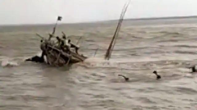 बिहार : छपरा में बालू से लदी नाव गंगा नदी में पलटी, 14 मजदूर लापता