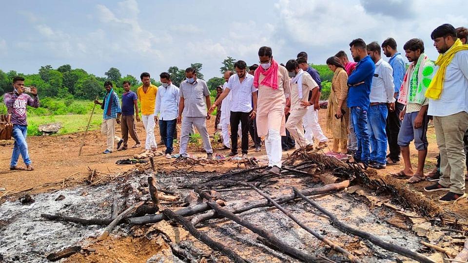 आदिवासियों का आरोप : वन विभाग के अधिकारियों ने लगाई झोपड़ियों में आग