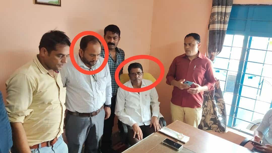 तेंदूखेड़ा : एक लाख रुपए की रिश्वत लेते धरे गए सीएमओ और लेखापाल