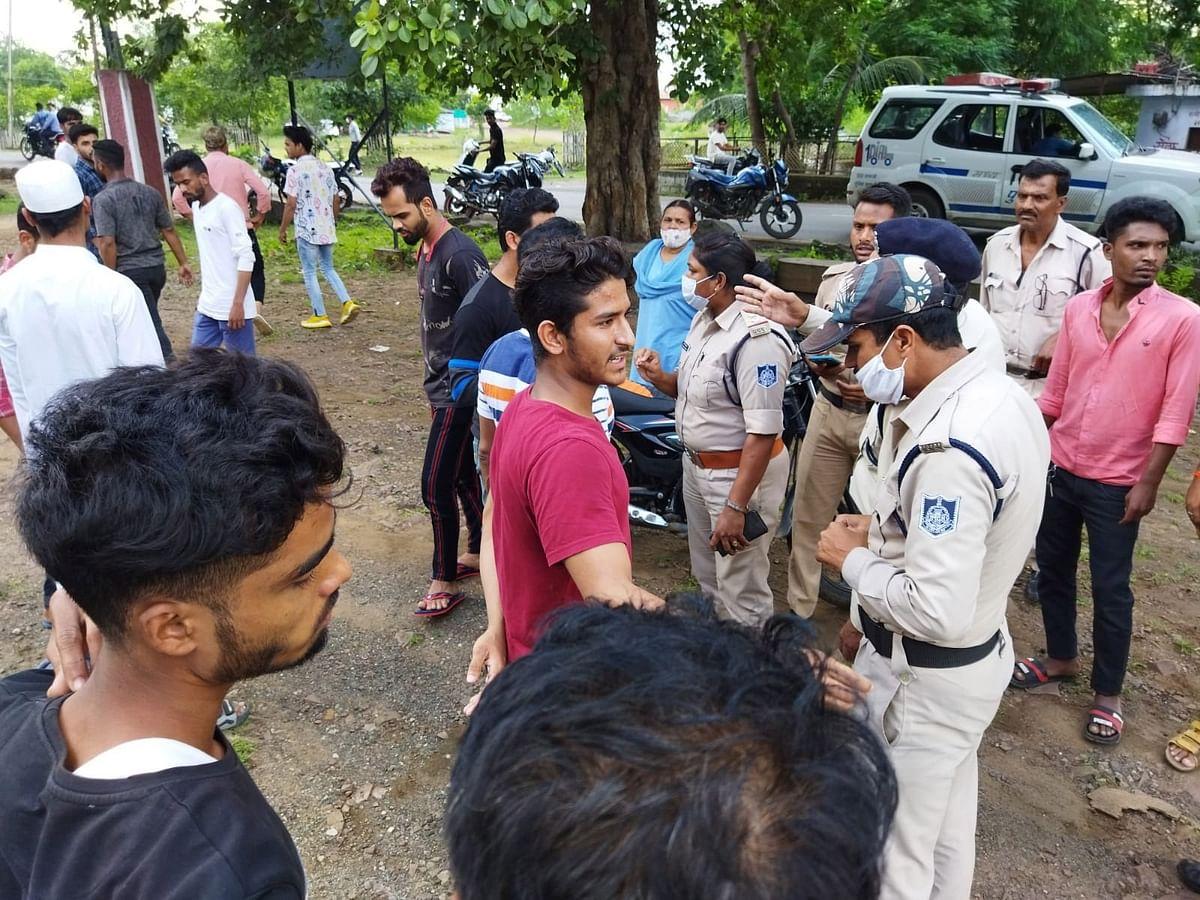 Sagar : बच्चों के विवाद में स्कूल परिसर में चली गोलियां और छुरे