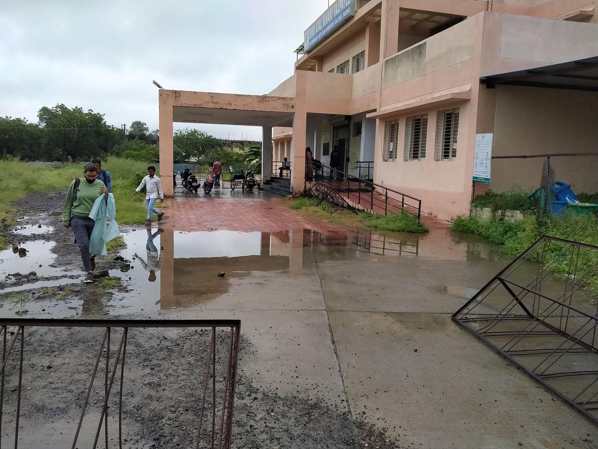 Indore : कीचड़ से होकर जाना पड़ रहा एडमिशन के लिए