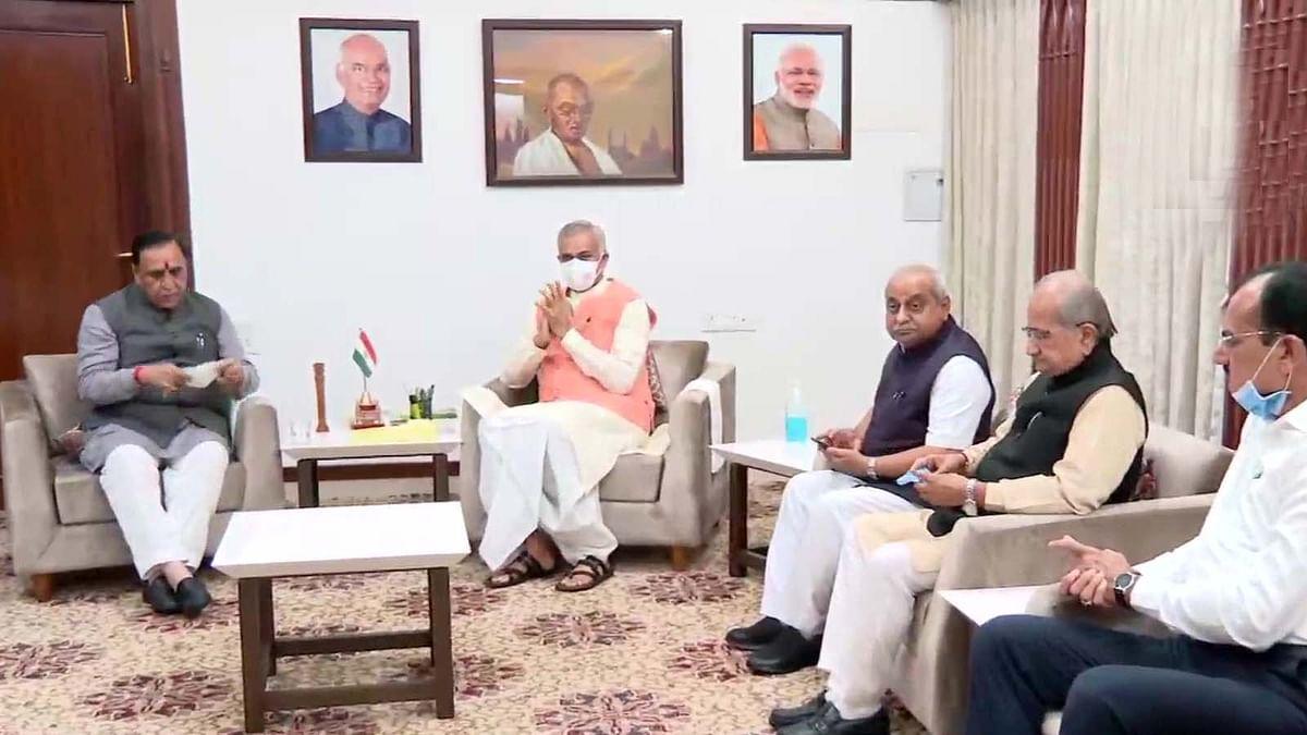 गुजरात के CM पद से हटे विजय रूपाणी- राज्यपाल को सौंपा इस्तीफा