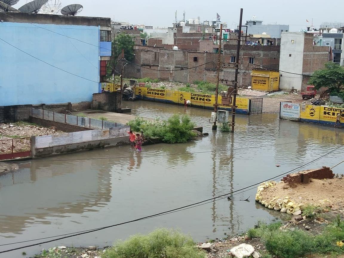 Indore : ड्रेनेज सिस्टम हुआ फेल, डेढ़ इंच बारिश में कई स्थानों पर भरा पानी