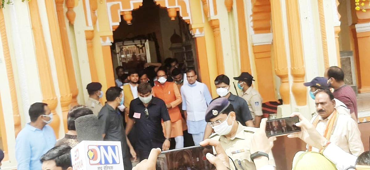 मुख्यमंत्री शिवराज सिंह चौहान पहुंचे रामराजा दरबार, दर्शन कर की पूजा अर्चना