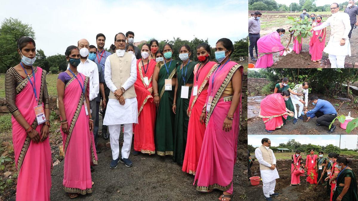 आज भोपाल में स्व-सहायता समूह की बहनों के साथ सीएम शिवराज ने लगाए ये पौधे