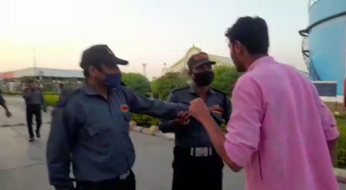 पत्रकारों और परिजनों को रोकते सिक्यूरिटी गार्ड