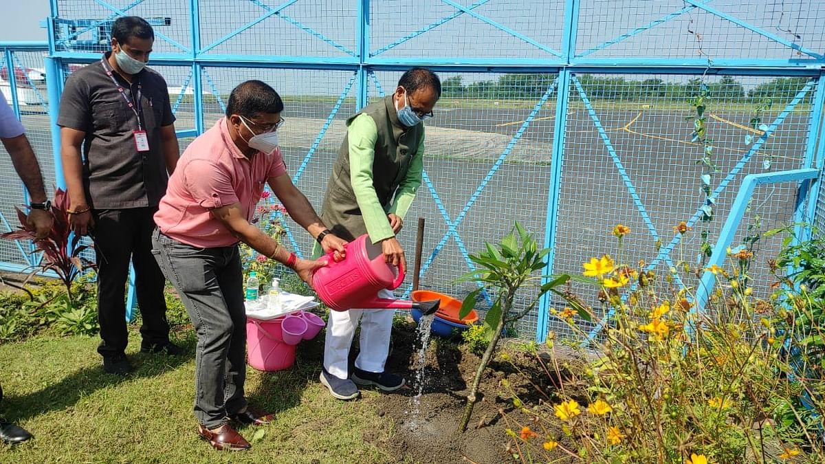 भोपाल स्टेट हैंगर परिसर में CM शिवराज ने चंपा का पौधा रोपा