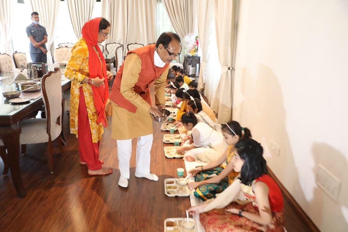 महानवमीं के अवसर पर CM ने धर्मपत्नी साधना के साथ निवास पर किया कन्याभोज का आयोजन