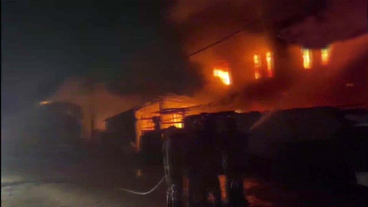 दिल्ली के हरकेश नगर में कपड़े के गोदाम में आग ने मचाया तांडव