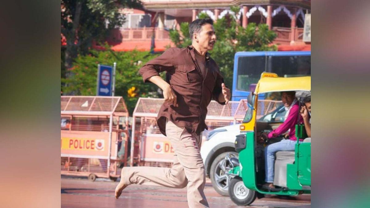 'रक्षाबंधन' की शूटिंग के दौरान चांदनी चौक में बिना चप्पल दौड़ते हुए नजर आए अक्षय कुमार