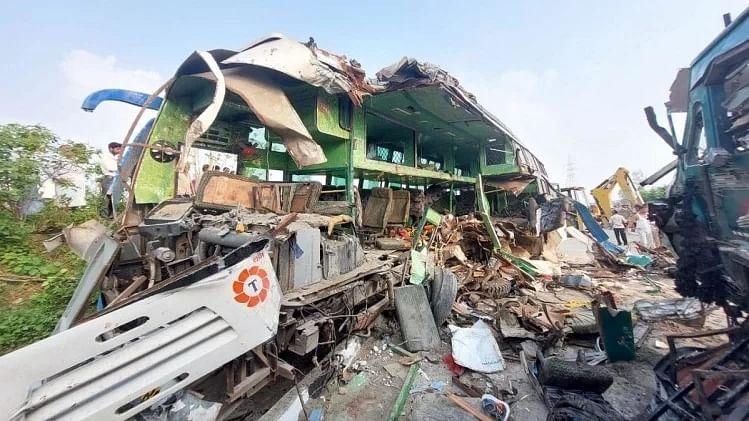 UP: बाराबंकी में सड़क हादसे में गई 14 की जान, CM योगी ने किया मुआवजे का ऐलान