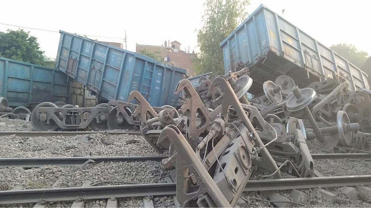 दिल्ली-हावड़ा रेल मार्ग पर स्टेशन के बीच आधा दर्जन डिब्बे पलटे, रेल यातायात बाधित