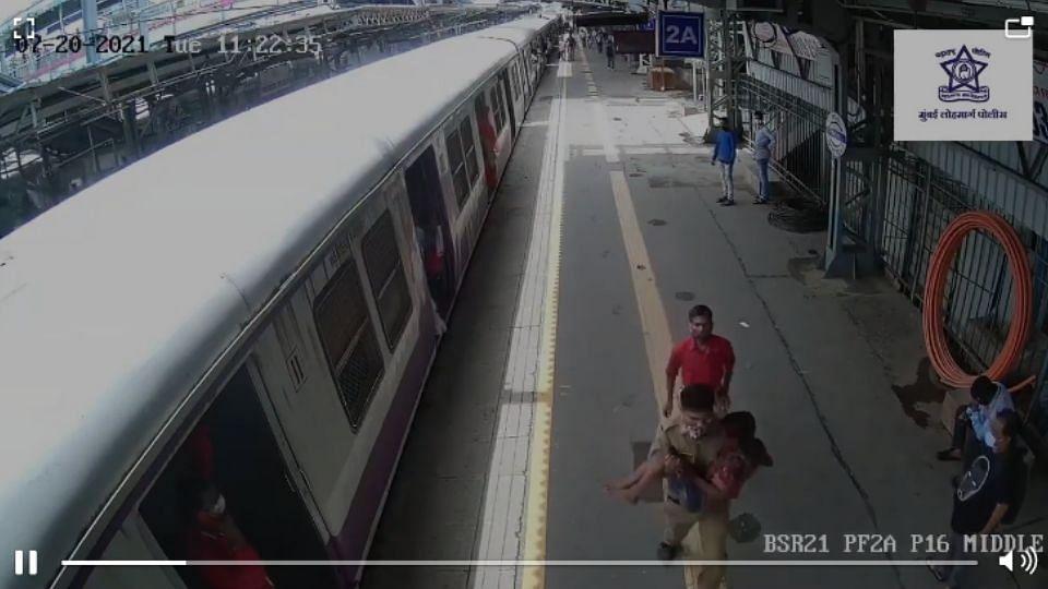 Breaking : रेल्वेतून पडलेल्या अल्पवयीन मुलाचे पोलीसाने वाचवले प्राण