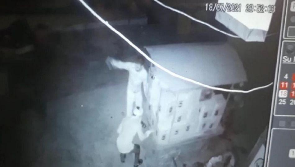दारूचे खोके चोरीचा डाव फसला; सीसीटीव्हीत चोरटे कैद