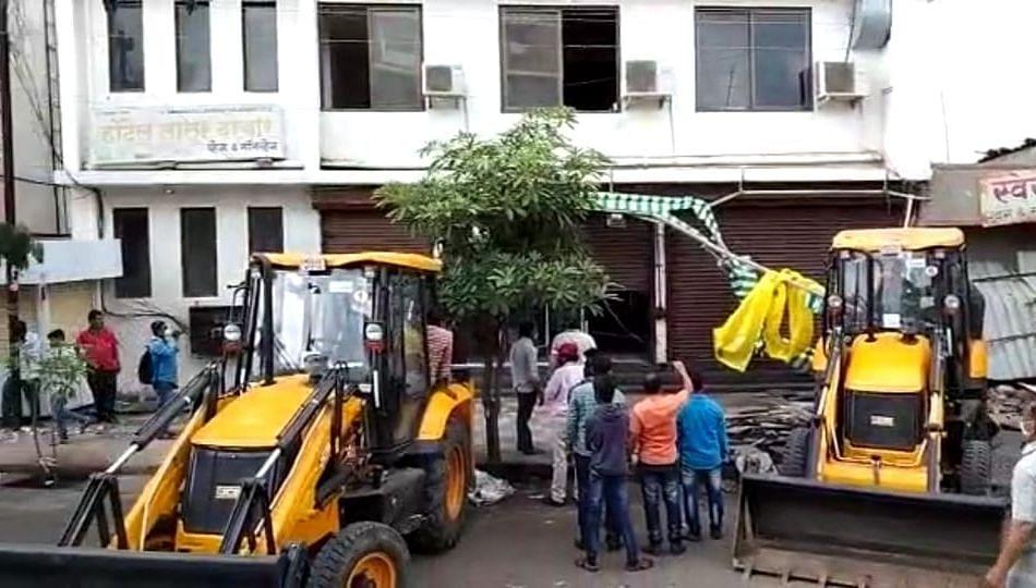 लातुरात अवैध बांधकामावर मनपाचा हातोडा, आयुक्त मित्तल यांची कारवाई