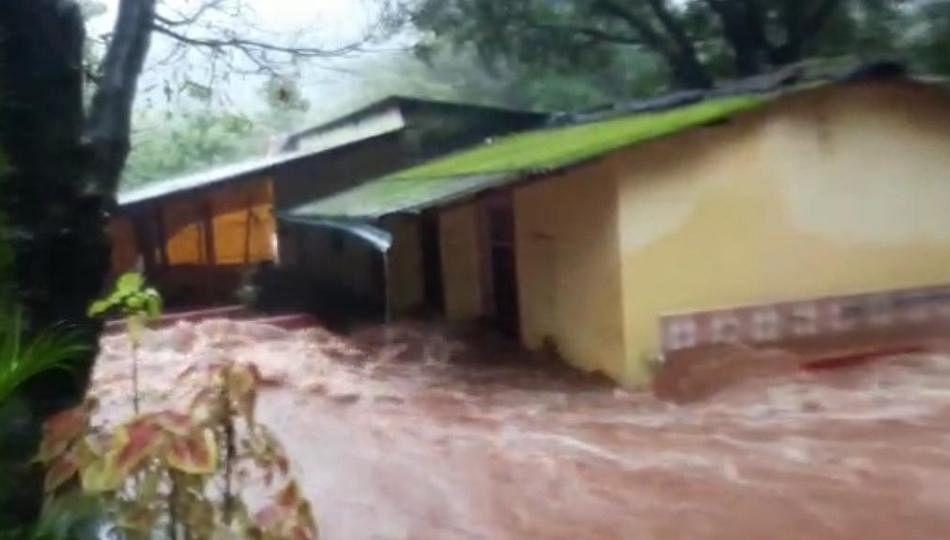 काजळी नदीच्या पाण्याचा प्रवाह वाढला; गगनगिरी मठास वेढा