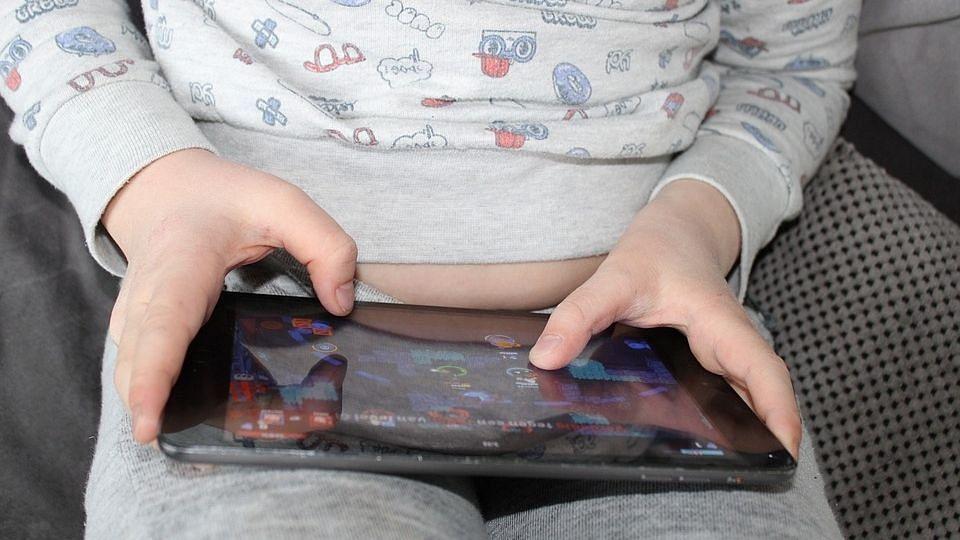 पालकांनो सावधान ! तुमचा मुलगा ऑनलाईन गेम्सच्या आहारी गेला असेल तर..