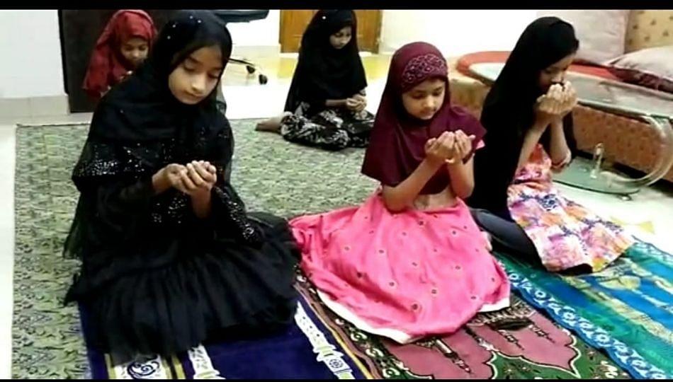Bakri Eid: घरीच नमाज अदा करीत बकरी ईद साजरी