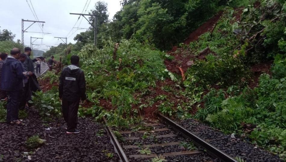 कसारा घाटात दरड कोसळली; इगतपुरीला जाणारी रेल्वे वाहतूक बंद
