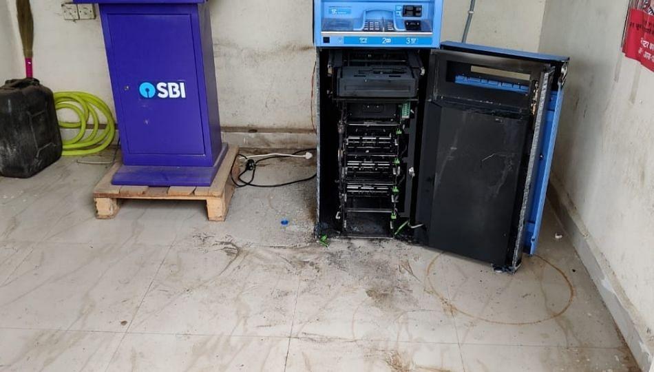 बुलढाण्यात चोरांचा सुळसुळाट; एकाच रात्रीत तीन ATM फोडले !
