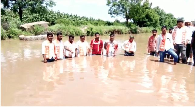 खड्यातील पाण्यात उतरून युवा सेनेचे आंदोलन